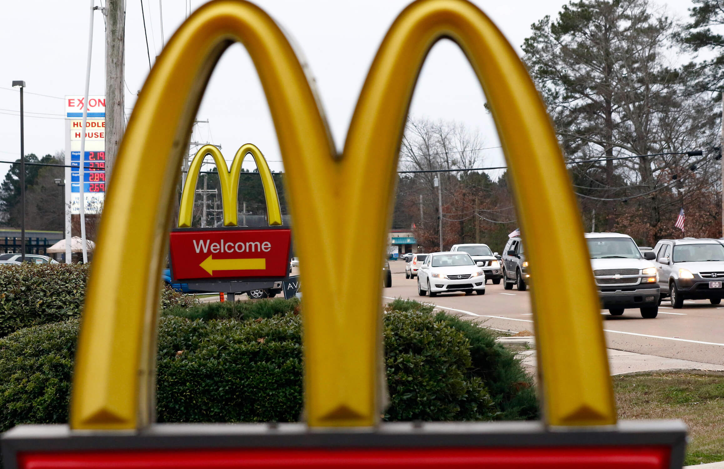 Seven national fast-food chains have agreed to end policies that block workers from changing branches, limiting their wages and job opportunities, under the threat of legal action from the state of Washington.